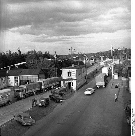 Bild von Helmstedt (Landkreis): Grenzkontrollpunkt Helmstedt im Juni 1967