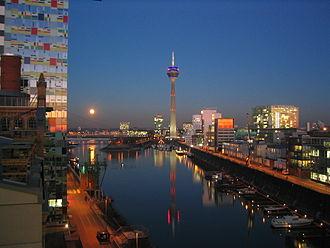 Bild von Nordrhein-Westfalen: Der Medienhafen in Düsseldorf ist ein Beispiel für den Strukturwandel in Nordrhein-Westfalen. Das frühere Hafen- und Industriegebiet in der Nähe des nordrhein-westfälischen Regierungsviertels wurde zu einem Büro- und Hotelstandort.