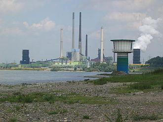 Bild von Nordrhein-Westfalen: Werk von ThyssenKrupp bei Duisburg; ThyssenKrupp ist das größte der verbliebenen Unternehmen aus der Montanindustrie