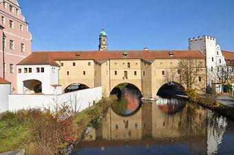 """Bild von Amberg: Die Stadtbrille, das Wahrzeichen von Amberg. Der dritte Bogen links wurde erst vor wenigen Jahren """"wiederentdeckt"""". Links grenzt das kurfürstl. Schloss an, rechts das Zeughaus."""
