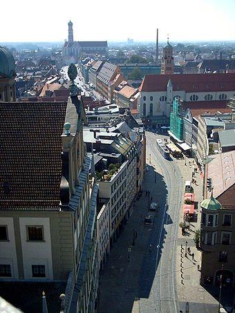 Bild von Augsburg: Blick vom Perlachturm nach Süden auf die Kurze Maximilianstraße; links das Rathaus, rechts die Kirche St. Moritz und im Hintergrund die Basilika St. Ulrich und Afra