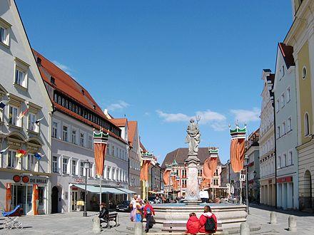 Bild von Kaufbeuren (Landkreis): Neptunbrunnen im Sommer während des Tänzelfestes
