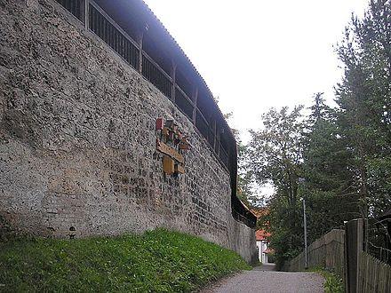 Bild von Kaufbeuren (Landkreis): Die mittelalterliche Stadtmauer zwischen Fünfknopfturm und Blasiuskirche