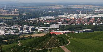 Bild von Baden-Württemberg: Nebeneinander von Weinbau und Industrie am Neckar
