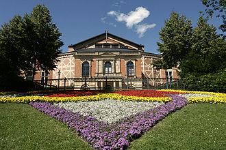 Bild von Bayern: Das Bayreuther Festspielhaus auf dem Grünen Hügel