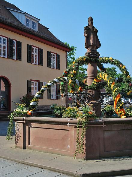 Bild von Gerlingen: Der österlich geschmückte Urbanbrunnen vor dem Alten Rathaus