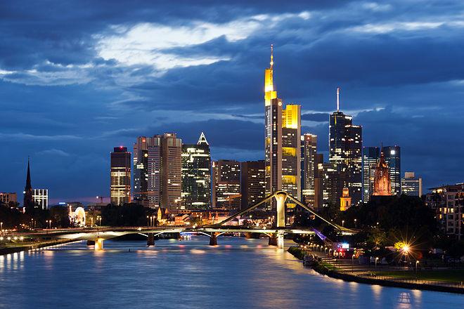Bild von Frankfurt am Main: Frankfurter Skyline von der Deutschherrnbrücke aus gesehen, im Vordergrund Main und Flößerbrücke