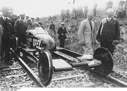 Bild von Burgwedel: Der Raketenwagen Opel RAK.3 auf Schienen der Versuchstrecke in Burgwedel, 1928