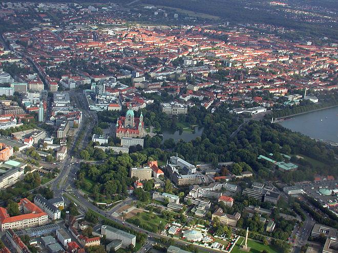 Bild von Hannover: Neues Rathaus mit Maschpark, Aegidienkirche, Verwaltungsgebäude der Nord/LB, Landesmuseum, Südstadt, rechts der Maschsee