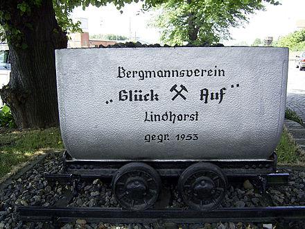 Bild von Lindhorst: Gedenk-Lore am Bahnhof Lindhorst