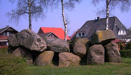 Bild von Osterholz-Scharmbeck: Steingrab in Osterholz-Scharmbeck (Vorderseite)