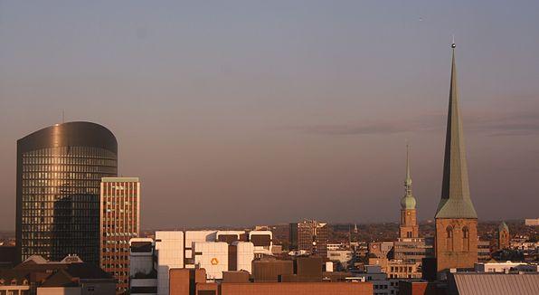Bild von Dortmund: Blick über das Zentrum Dortmunds. Von links nach rechts: RWE Tower, Dortberghaus, Sparkassen-Hochhaus, WestLB Dortmund, Hansa-Hochhaus, Reinoldi-, Petri- und Marienkirche, Oktober 2011
