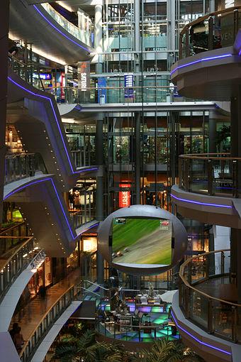 Bild von Düsseldorf: Futuristisches Einkaufszentrum – das Sevens Center im Jahr 2005, Ende 2011 nach Umbau wiedereröffnet.
