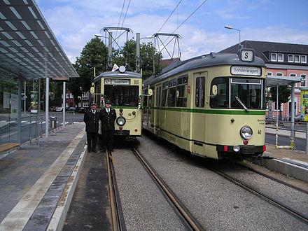 Bild von Gelsenkirchen: Die historischen Wagen 96 und 40 der BOGESTRA bei der Wiedereröffnung der Haltestelle Essener Straße