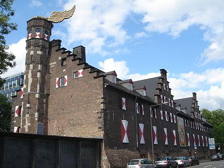 Bild von Köln: Das Kölnische Stadtmuseum im Zeughaus. Auf dem Turm das umstrittene Flügelauto