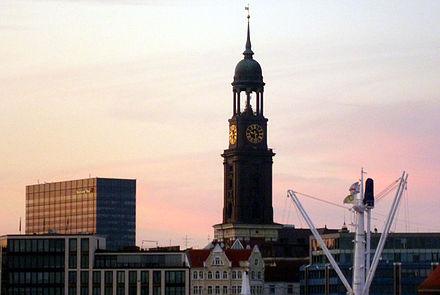 Bild von Hamburg: Die St. Michaelis Kirche am Abend (Blick über die Alster), 2011