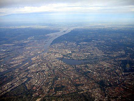 Bild von Hamburg: Hamburg aus Nordosten. Luftaufnahme 2007. Blick elbabwärts; links das Hafengebiet, in der Bildmitte die Binnenalster und die Außenalster
