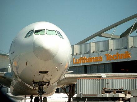 Bild von Hamburg: Airbus A340 vor der Lufthansa-Technik-Basis