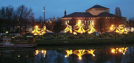 Bild von Saarbrücken: Innerstädtische Saaraue mit Circus Flic-Flac, im Hintergrund Staatstheater