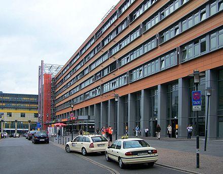 Bild von Saarbrücken: Front des Saarbrücker Hauptbahnhofs in Gegenrichtung Innenstadt