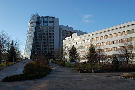 """Bild von Chemnitz: Anbau (l., 2008) und Komplementbau (1981) der Klinikum Chemnitz gGmbH, Flemmingstraße 2, ehemals Bezirkskrankenhaus """"Friedrich Wolf"""""""