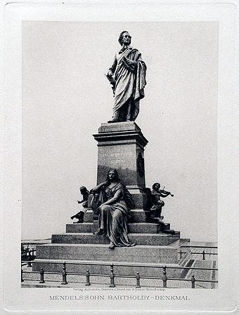Bild von Leipzig: Mendelssohn-Denkmal (um 1898), heute als Rekonstruktion gegenüber dem alten Bachdenkmal vor der Thomaskirche.