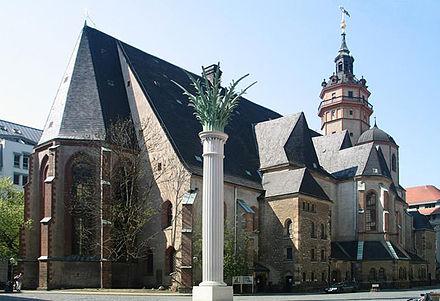 Bild von Leipzig: Nikolaikirche mit Denkmal Nikolaisäule zur Friedlichen Revolution 1989